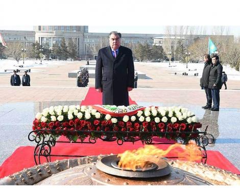 Президент Республики Таджикистан Эмомали Рахмон возложил венок к монументу «Защитники Отечества» в Астане