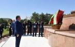Возложение венка Лидером нации Эмомали Рахмоном к подножию монумента «Независимость и гуманизм» Республики Узбекистан